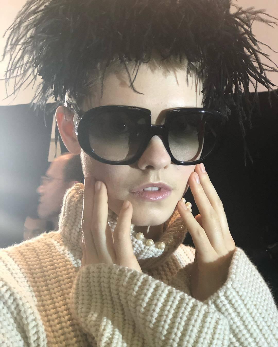 Assisting @mariannewman #nails @loewe . . #hair @guidopalau #makeup @patmcgrathreal  #bts #aw19 #pfw #pwf19 #cndworld #teammariannewman #manicurist #manicure #fashionweek #sessiontech