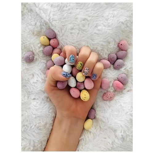 If you can't have Mini Egg themed nails at Easter, when can you?! 🤷‍♀️ thank you to @hannyfaketanny for being the best hand model  #minieggs #gelnails #beautysalon #glow #beauty
